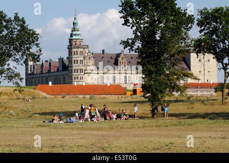 Les pelouses verdoyantes autour du château de Kronborg à Elsinore, Helsingør, Danemark, dans un après-midi chaud et ensoleillé en été. Zones populaires pour les loisirs et les pique-niques.