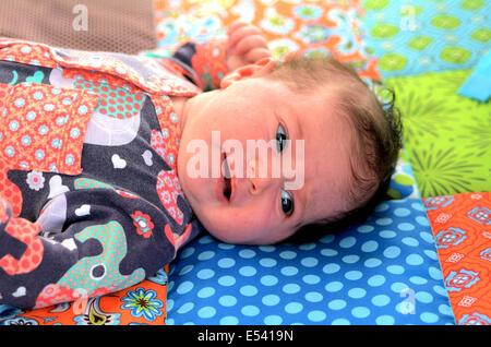 Portrait d'un bébé nouveau-né de dormir sur le tapis de bébé. Concept photo de nouveau-né, bébé, mère, la maternité, Banque D'Images