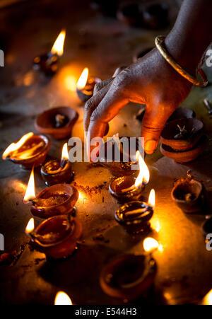 Bougies allumées dans le temple indien. Diwali - la fête des lumières. Banque D'Images