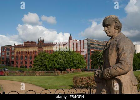 James Watt statue sur Glasgow Green Templeton avec le Centre d'affaires dans l'arrière-plan.. Banque D'Images