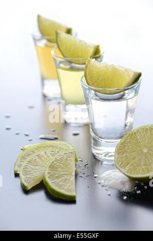Tequila shots avec de la chaux et de sel Banque D'Images