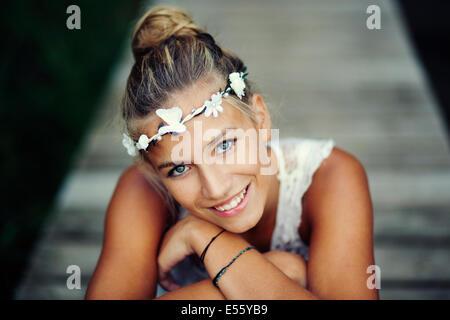 Jeune femme en robe blanche sur une passerelle