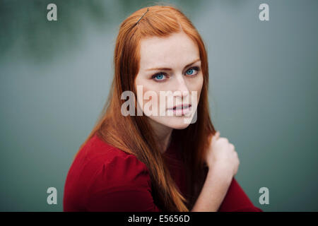Portrait of young woman looking at camera Banque D'Images