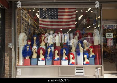 Magasin de perruque. Affichage de la fenêtre pour le jour de l'indépendance, le 4 juillet. La ville de New York. Banque D'Images