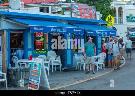 Les Gens à Lextérieur Du Restaurant Et Bar à Cruz Bay Sur Lîle Des