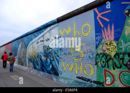 "Les touristes sur l'East Side Gallery ""mur de Berlin"" l'Europe Allemagne Berlin Friedrichshain Banque D'Images"
