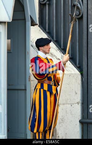 Garde Suisse pontificale s'établit à l'attention, Cité du Vatican, Rome, Italie Banque D'Images