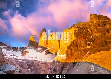 Beau lever de soleil dans le parc national Torres del Paine, Patagonie, Chili Banque D'Images