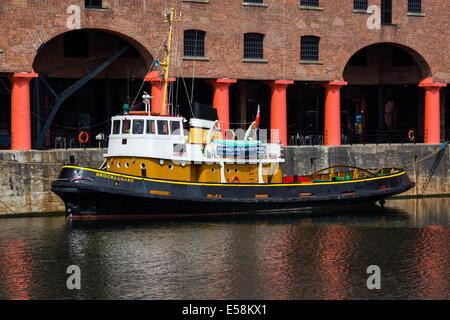 Bateau remorqueur amarré à l'Albert Dock dans la ville de Liverpool Merseyside UK. Banque D'Images