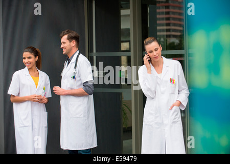 Female doctor talking on a mobile phone Banque D'Images