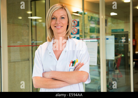 Portrait of a female doctor smiling in hospital Banque D'Images