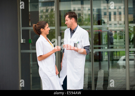 Les médecins parlent de and smiling Banque D'Images