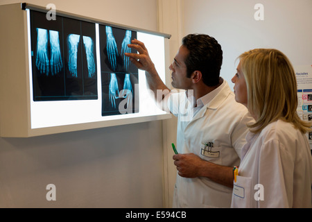 Doctors examining X-ray à l'hôpital rapport Banque D'Images