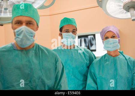 Les chirurgiens dans la salle d'opération Banque D'Images