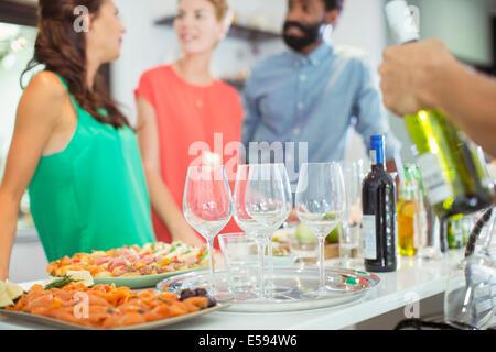 La nourriture et le vin sur la table at party Banque D'Images