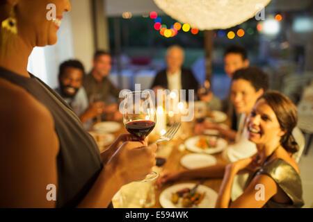 Femme proposer un toast at party Banque D'Images