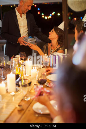 Man giving present at Birthday party Banque D'Images