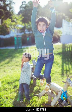 Garçon sautant de joie en plein air