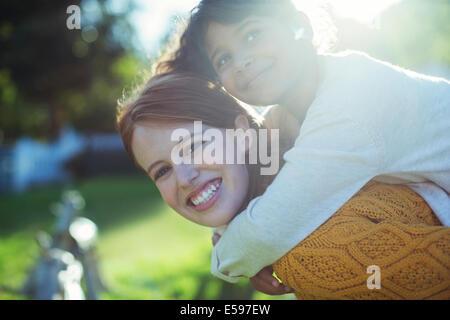 Fille mère portant sur les épaules Banque D'Images