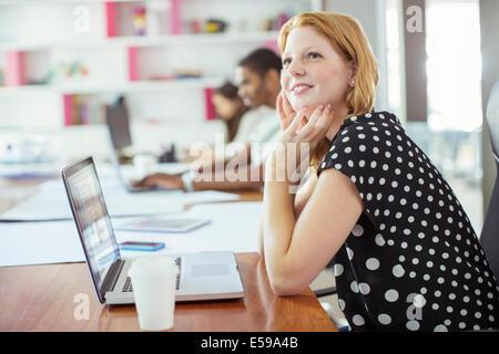 Femme travaillant à conference table