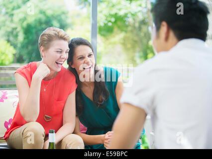 Rire des femmes at party Banque D'Images