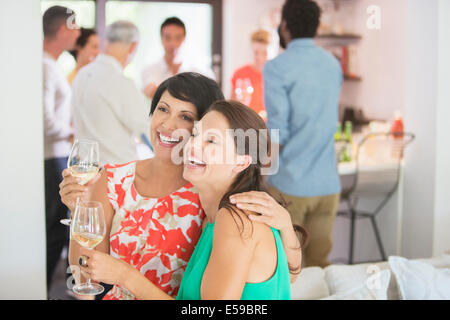 Women hugging at party Banque D'Images