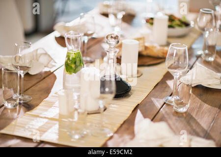 Set table at dinner party Banque D'Images