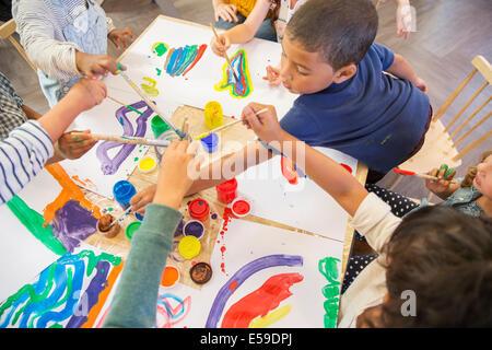 Les enfants de la classe de peinture Banque D'Images