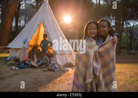 Les filles enveloppé dans une couverture de camping Banque D'Images