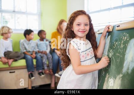 S'appuyant sur des élèves en classe en tableau