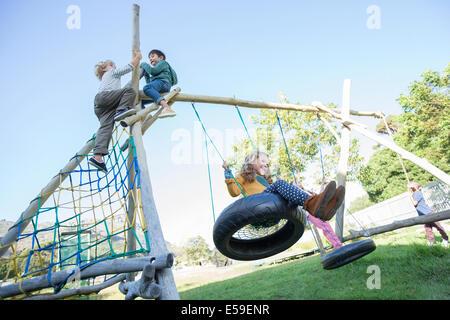 Les enfants jouant sur les structures de jeu Banque D'Images