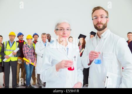 Portrait de la main-d'œuvre scientifiques avec en arrière-plan Banque D'Images