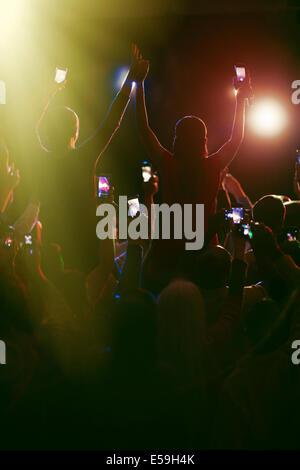 Audience avec les téléphones avec appareil photo au concert Banque D'Images