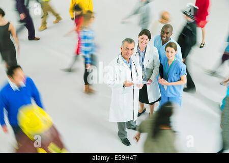 Portrait de certains médecins et infirmières parmi foule Banque D'Images