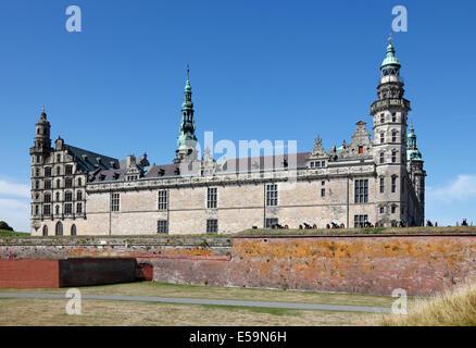 Le château renaissance de Kronborg à Elseneur (Helsingør, Danemark), vu de la plage sur une journée ensoleillée.