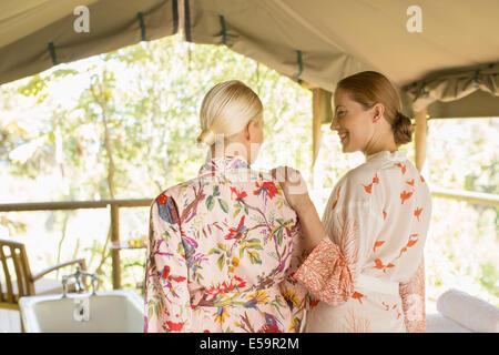 Les femmes portant des peignoirs de bain Banque D'Images