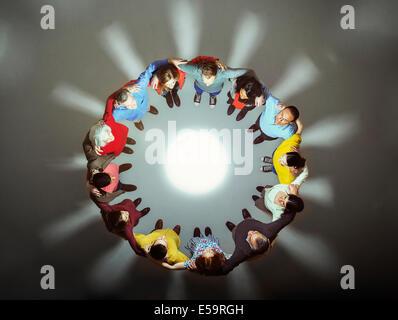 Groupe diversifié autour de lumière vive Banque D'Images