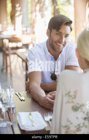 Couple talking in restaurant Banque D'Images