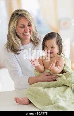 Mère enfant fille hispanique de séchage après bain Banque D'Images