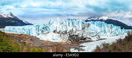 Le glacier Perito Moreno dans le Parc National Los Glaciares dans la province de Santa Cruz, en Argentine. Banque D'Images