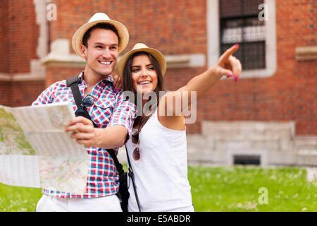 Femme du doigt quelque chose à son petit ami au cours de visites, Debica, Pologne Banque D'Images