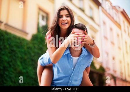 Belle femme drôle de dépenser du temps avec son petit ami, Debica, Pologne Banque D'Images