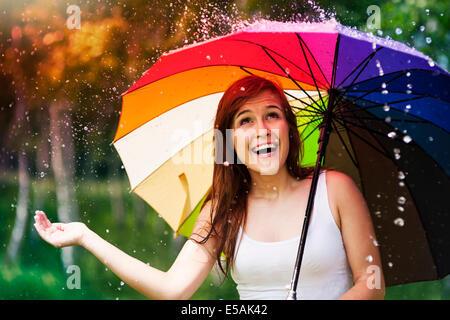 Surpris femme avec parapluie, pluie en été Debica, Pologne Banque D'Images