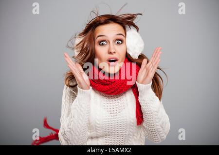 Femme avec foulard en mid air · Jeune femme terrifiée en grosse tempête,  Debica, Pologne Banque D Images f580b85dfc9