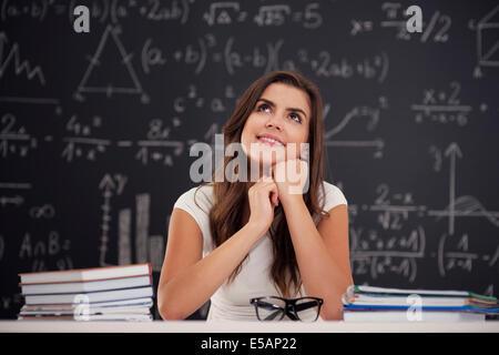 Happy woman sitting in classroom et jusqu'à Debica, Pologne