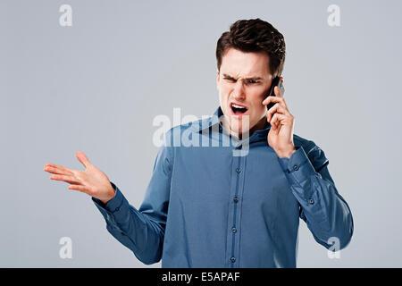 Homme en colère au téléphone Debica, Pologne Banque D'Images