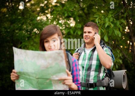 Jeune couple en forêt Debica, Pologne Banque D'Images