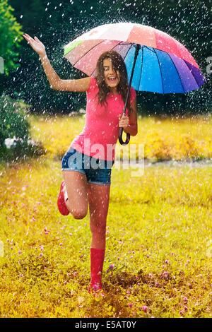 Jeune et belle femme s'amuser dans la pluie Debica, Pologne