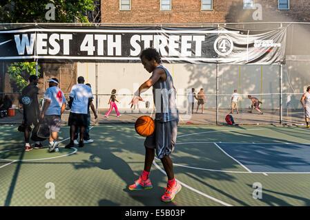 New York, NY 25 Juillet 2014 - Jeune homme pratiquant arceaux à l'West Fourth Street Basketball ©Stacy Walsh Rosenstock/Alamy Banque D'Images