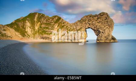 Soirée à Durdle Door le long de la Côte Jurassique, Dorset, Angleterre Banque D'Images